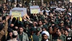 Warga dan tentara membawa peti jenazah seorang jenderal dan beberapa bawahannya yang tewas dalam perang di Suriah, dalam upacara pemakaman di Teheran (6/2). (AP/Vahid Salemi)