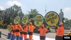Aksi seruan Jawa Timur Darurat B3 di depan gedung negara Grahadi, Kamis, 7 Januari 2016. (VOA/Petrus)