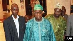 Cựu Tổng thống Nigeria Olusegun Obasanjo, giữa, rời khách sạn đến một cuộc họp với Tổng thống Côte d'Ivoire Gbagbo ở Abidjan, Côte d'Ivoire, 8/1/2011