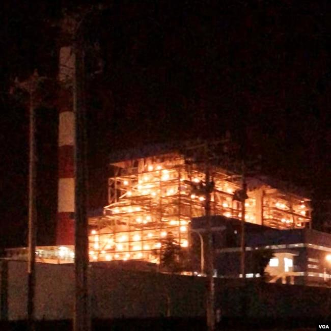 Nhà máy nhiệt điện Duyên Hải I & III hoạt động phát điện 7/24; do hình chụp ban đêm không thấy được những cụm khói than đen thoát ra khỏi ống khói nhà máy. [photo by Ngô Thế Vinh, 12.12.2017]