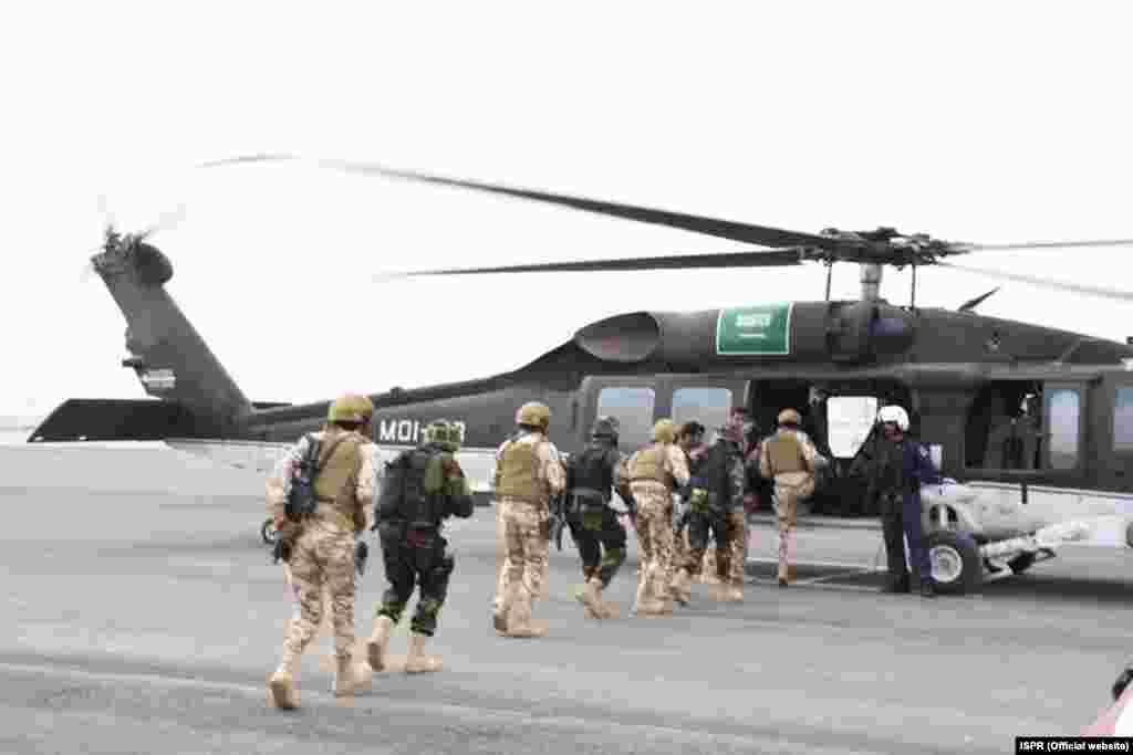مشق میں شرکت کے لیے پاکستان اور سعودی عرب کے فوجی اہلکار ہیلی کاپٹر میں سوار ہو رہے ہیں۔