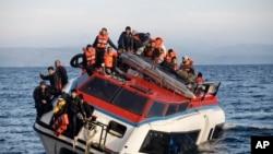 Izbeglice i migranti na ozbiljno nakrivljenom brodiću pokušavaju da sa turske obale predju do grčkog ostrva Lezbos.