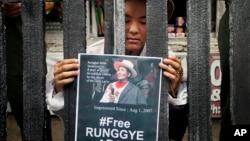 Một người Tây Tạng lưu vong đứng sau chấn song mô tả quanh cảnh nhà tù trong một buổi biểu diễn đường phố do các nhà hoạt động Tây Tạng thực hiện ở Dharamsala, Ấn Độ, 1/8/2014.