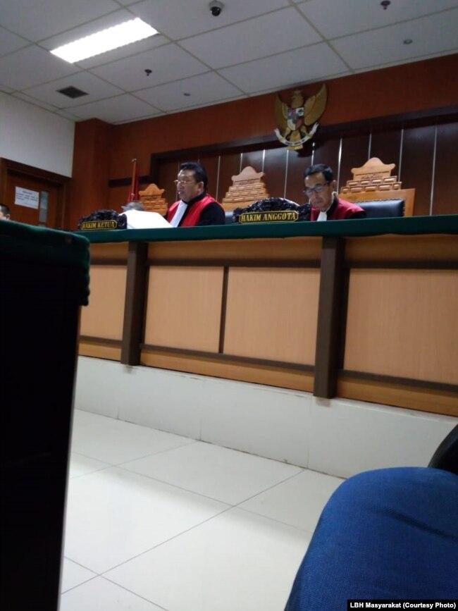 Majelis hakim kasus Santa saat memimpin persidangan pada 2017 di PN Jakarta Barat. (Foto: dokumentasi LBH Masyarakat)