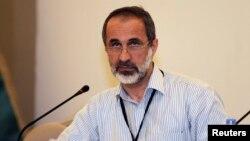 시리아 반정부 세력이 터키 이스탄불에서 평화회담 참여 여부를 논의 중인 가운데, 시리아국가연합 전 대표 모아즈 알카티브가 발언하고 있다.