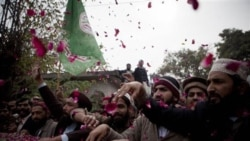 طرفداران ممتاز قادری با سردادن شعارهایی حمایت خود را از ممتاز قادری نشان دادند و برایش گل سرخ پرتاب کردند