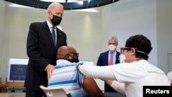 美國總統拜登視察維吉尼亞州一個新冠疫苗接種中心(2021年4月6日)