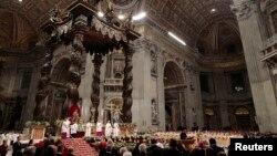 Papa Franja drži misu na Badnje veče u crkvi Svetog Petra u Vatikanu.