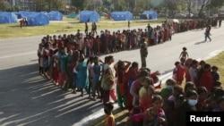 Para penyintas gempa bumi di Kathmandu, Nepal, antri untuk memperoleh bantuan makanan, 5 Mei 2015 (Foto: REUTERS/Olivia Harris)