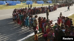 Para perempuan dan anak-anak Nepal antri untuk mendapatkan bahan makanan bagi korban gempa di Kathmandu (5/5).