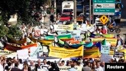 Médicos brasileños y estudiantes de Medicina protetan la contratación de médicos extranjeros en Brasil.