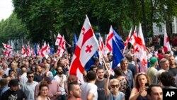 조지아 수도 트빌리시에서 시민들이 8일 조지아 의회 앞에서 반러시아·반정부 시위를 하고 있다.