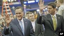 30일 공화당 전당대회에서 지지자들에 화답하는 미트 롬니 대통령 후보(왼쪽)와 폴 라이언 부통령 후보.