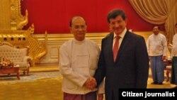 Menlu Turki Ahmet Davutoglu (kanan) saat melawat ke Burma menemui presiden Thein Sein di Naypyitaw (Foto: Website Presiden Burma, 9 Agustus 2012)