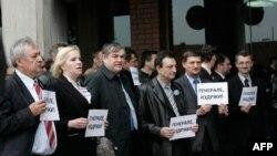 """Poslanici i aktivisti Srpske radikalne stranke drže transparente na kojima je piše """"generale izdrži"""" ispred Palate pravde gde je danas održano sudjenje Bosiljki Mladić"""