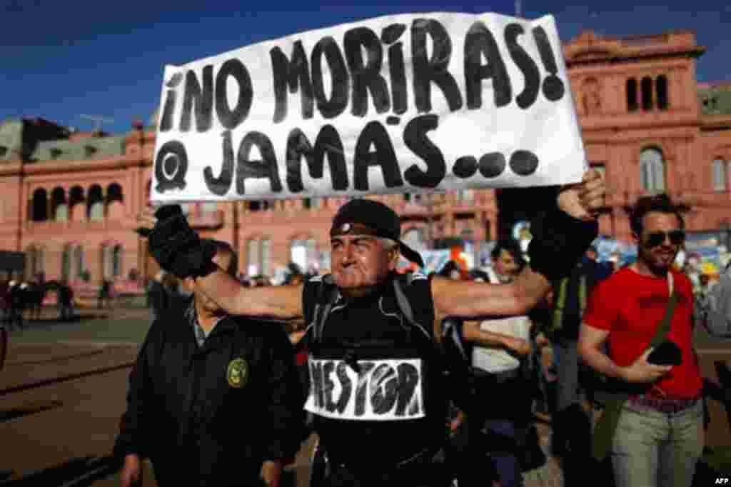 """A man holds up a sign that reads in Spanish: """"Nestor, you will never die"""", referring to late Argentina's President Nestor Kirchner, outside the government palace in Buenos Aires, Argentina, Wednesday, Oct. 27, 2010. Kirchner served as president from 2003"""