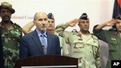利比亚全国过渡委员会主席贾利勒8月9日在班加西的一次记者会上露面