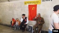 莫斯科市中心地下通道中,有人装扮成斯大林和列宁供人合影拍照。(美国之音白桦拍摄)