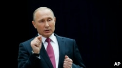 """Vladimir Putin assinou a lei que permite que os meios de comunicação sejam considerados """"Agentes Astrangeiros""""."""