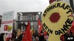 Biểu tình chống năng lượng hạt nhân trước Phủ Thủ tướng ở Berlin, Đức, ngày 14/3/2011