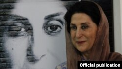 فاطمه معتمدآریا در کنار پوستر فیلم یحیی سکوت نکرد