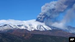 Letusan Gunung Etna, Italia, Sabtu (23/11). (AP/Carmelo Imbesi)