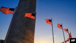 Du khách đi dạo quanh chân đài tưởng niệm Washington lúc hoàng hôn Ngày Tổng thống (Ảnh tư liệu)