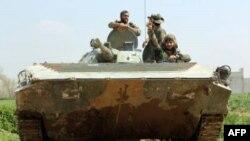 Des soldats syriens dans un tank, le 10 mars 2018 à Aftris, dans la Ghouta orientale