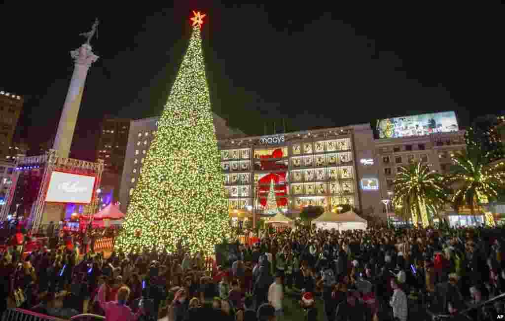 بیست و هشتمین مراسم سالانه روشن کردن چراغ کریسمس فروشگاه میسیز در میدان یونیون سانفرانسیسکو در حضور بیش از ۱۰ هزار نفر