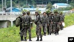 2014年6月22日南韓士兵巡邏搜尋打死戰友逃跑的新兵。