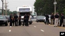 Polisi di kota Memphis memeriksa lokasi penembakan seorang kolega mereka. (Foto: Dok)