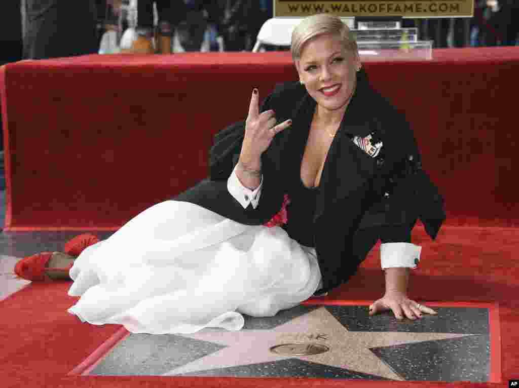 پینک خواننده، ترانه نویس و بازیگر نامدار آمریکایی صاحب ستاره ای در بلوار مشاهیر هالیوود شد.پینک ۳۹ ساله که نام واقعی او آلیشا بت مور است؛ از تأثیرگذارترین چهره های موسیقی دو دهه اخیر محسوب می شود.