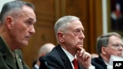 美国参谋长联席会议主席邓福德将军和美国防长马蒂斯在众院军委会听证会上接受提问。