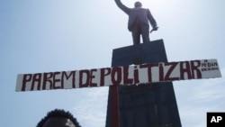 Estátua de Agostinho Neto, Praça da Independência, em Luanda (VOA / Alexandre Neto)