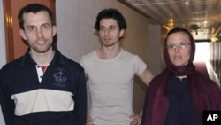 American hikers Shane Bauer (l) Josh Fattal, center, and Sarah Shourd are shown in Tehran, in this 21 May 2010 file photo. Shourd has already been released and back to the U.S. in September.
