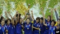 日本女足队举起世界杯冠军奖杯