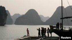 Du khách Trung Quốc thăm Vịnh Hạ Long ở Việt Nam.