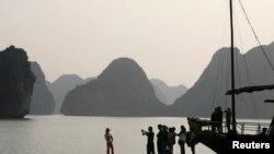 Du khách Trung Quốc chụp ảnh lưu niệm ở Vịnh Hạ Long. REUTERS/Kham
