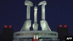 Північні корейці збираються перед монументом Трудової партії в Пхеньяні, щоб вшанувати пам'ять померлого лідера