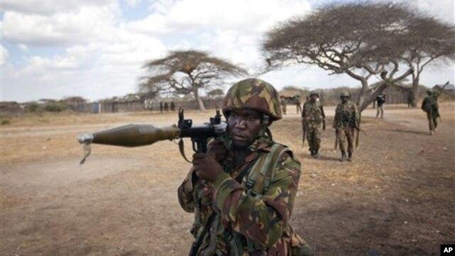 Tentara Kenya mengangkat sebuah peluncur roket saat berjaga di wilayah Tabda, Somalia (Foto: dok). Kelompok al-Shabab Somalia menyatakan telah mengeksekusi seorang tentara Kenya (14/2) dan mengancam akan membunuh lima sandera lainnya apabila tuntutan mereka tidak dipenuhi pemerintah Kenya.