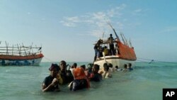 Para pengungsi Somalia meninggalkan keluarga mereka di pantai Shimbiro menuju Yaman dengan menggunakan perahu kecil (Foto: dok). Sedikitnya 55 orang dinyatakan tewas saat perahu yang mereka tumpangi kandas di lepas pantai Somalia, Selasa (18/12).