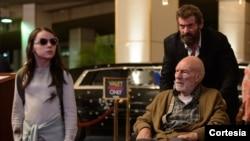 Dafne Keen (kiri), Patrick Stewart dan Hugh Jakcman dalam film Logan.