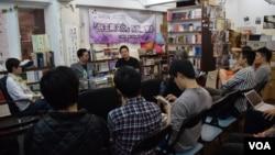 台灣傳媒工作者陳奕廷最近在香港舉行多場新書發佈會,吸引不少香港大專學生以及中國大陸留學生參與。(美國之音湯惠芸拍攝)