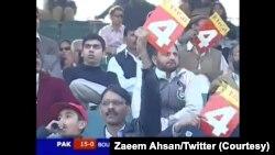 زعیم احسان نامی ایک ٹوئٹر صارف نے پاکستان اور انگلینڈ کے درمیان 2005 میں کھیلے گئے ون ڈے میچ کی ایک تصویر شیئر کی ہے جس میں ایک تماشائی باؤنڈری کا کارڈ لہرا رہا ہے۔
