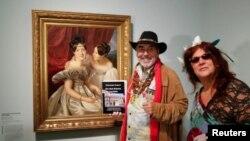 دو بازدید کننده در مقابل نقاشی «دو زن» اثر فردینالد والدمولر، نقاش قرن ۱۹ اتریش