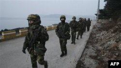 Binh sĩ thủy quân lục chiến Nam Triều Tiên tuần tra trên đảo Yeonpyeong