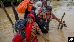 شمار مسلمانان روهنگیایی که در اثر خشونت ها مجبور به فرار از خانه های شان شده اند، از مرز ۴۰۰ هزار نفر گذشته است.