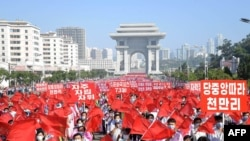 9일 북한 평양에서 정권 수립 73주년을 맞아 노동자와 학생들이 행진하고 있다.