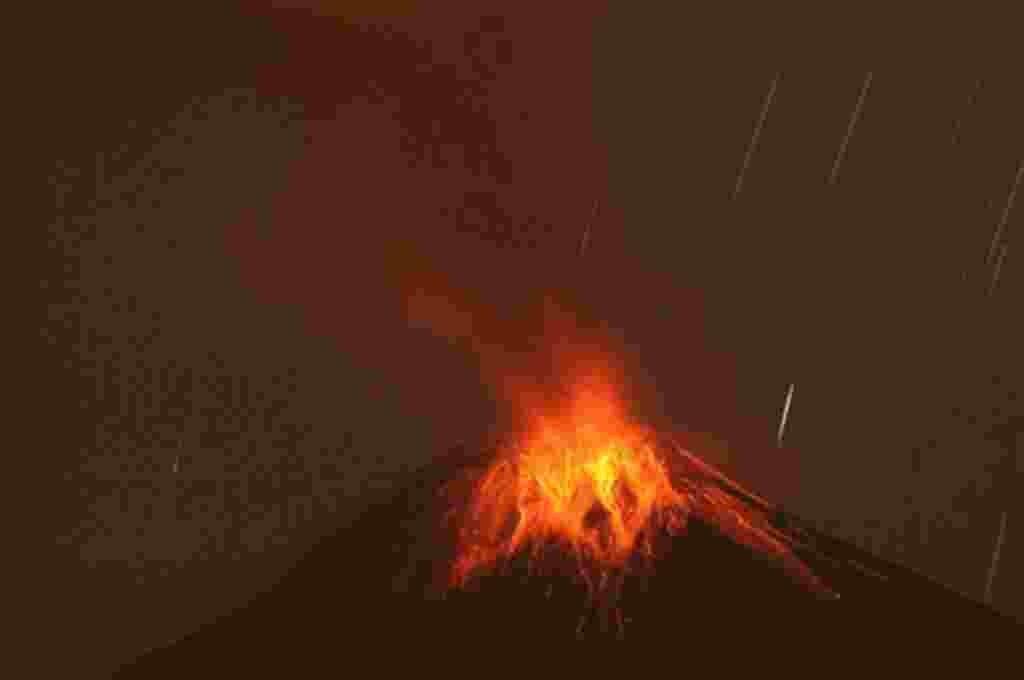 El Volcán Tungurahua arroja ceniza y piedras durante una erupción, visto desde Cotalo, Ecuador, 29 de abril 2011. El volcán Tungurahua, a 136 kilómetros al sureste de Quito, ha estado activo desde 1999.