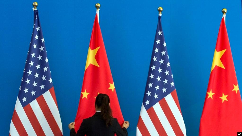 : 一名中國女子在整理美國和中國國旗。 (資料照片)